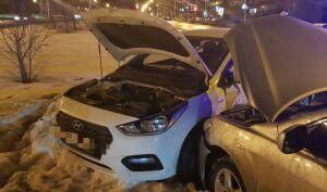 Юного водителя зажало в салоне легковушки после аварии в Татарстане