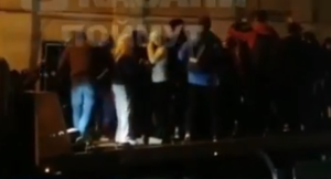 На видео сняли, как в центре Казани молодые люди танцуют на эвакуаторе