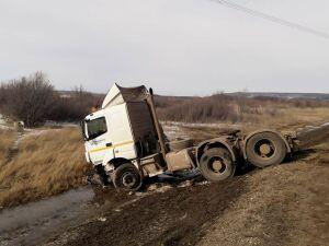 Водитель легковушки пострадал в лобовом ДТП с тягачом под Заинском