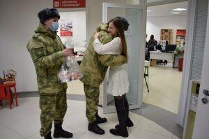 Росгвардейцы поздравили с 8 Марта девушку, которую год назад спасли после ДТП