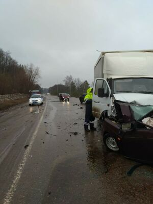 Один человек пострадал в лобовом столкновении грузовика и легковушки в РТ