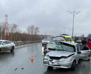 На выезде из Казани столкнулись внедорожник и легковушка, есть пострадавшие