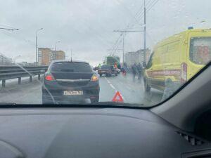 На видео попало, как легковушка въехала в троллейбус в Казани