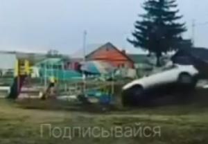 На видео попало, как легковушка на полной скорости снесла детскую площадку в РТ