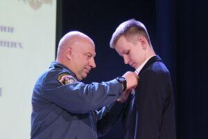 За спасение ребенка медалью МЧС России награжден сын экс-главы Минздрава РТ