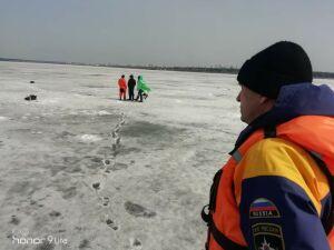 В Челнах спасли двоих рыбаков, которые оказались отрезаны водой на льду