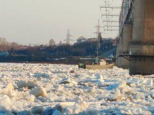На Волге под Зеленодольском среди льдин дрейфует катер «Ярославец»