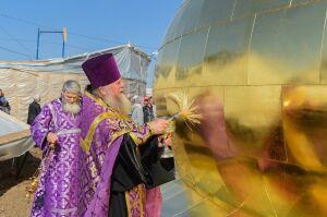 В Нижнекамске на храм Рождества Христова установили восьмитонный купол