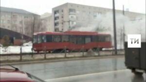 Очевидцы сняли на видео дымящийся трамвай в Казани