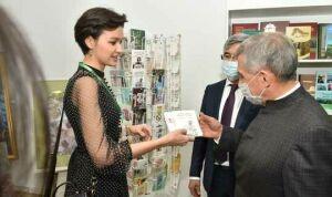 Рустам Минниханов высоко оценил выставку студии татарских открыток «Хатлар йорты»