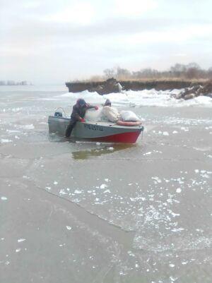 В Татарстане спасли двух рыбаков, застрявших на лодке во льду