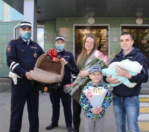 Госавтоинспекторы РТ подарили автокресло женщине, которой помогли доехать до роддома