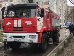 В горевшем жилом доме в Казани вновь пошел дым из окон из-за тления