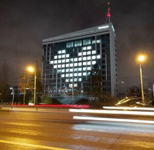 На здании «Татмедиа» зажглось сердце в знак благодарности работникам скорой помощи