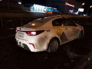 В Казани такси вылетело с дороги и, пробив ограждение, опрокинулось на крышу