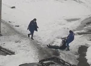 В Нижнекамске сняли на видео, как врачи скорой помощи тащут мужчину по снегу