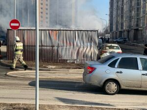 В Казани вспыхнула мусорка, оплавилось припаркованное рядом такси