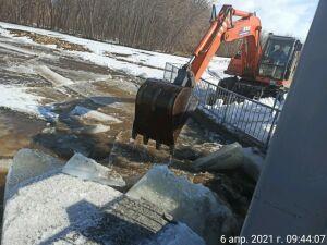 Лед на одной из рек в РТ пришлось разбивать экскаватором, чтобы устранить затор