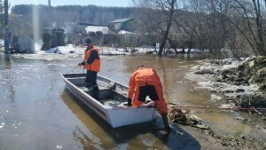 Спасатели, убрав льдины на реке в Казани, устранили затор