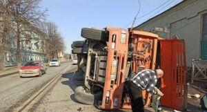 В Казани груженный щебнем «КАМАЗ» снес столб и забор и завалился на бок