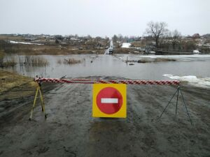 На реке Шешма в Татарстане паводковыми водами затопило мост