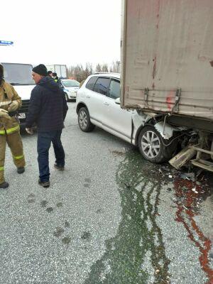 Легковушка влетела под колеса фуры в РТ, двое человек получили серьезные травмы