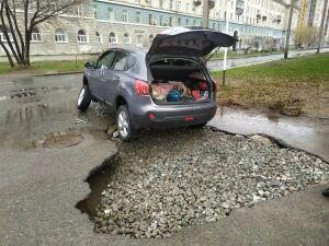 В Казани у внедорожника вырвало колесо, когда он пытался проехать по большой луже