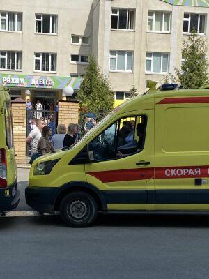 Возле казанской школы, где утром произошла стрельба, работают психологи