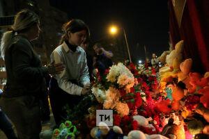Люди несли цветы к школе, где была стрельба, всю ночь: трагедия глазами юных очевидцев