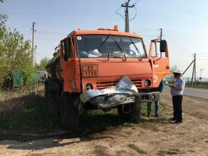 Водитель кроссовера погиб, влетев на скорости под грузовик под Альметьевском