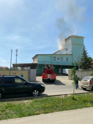 В Альметьевске горит крыша здания бывшего хлебозавода