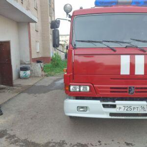 Из утреннего пожара в пятиэтажке в Менделеевске спасли женщину