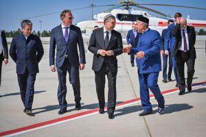 Минниханов и Бердымухамедов осмотрели вертолет Ми-17-1В, произведенный в Казани