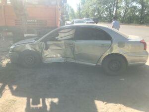 В Нижнекамске после столкновения с авто легковушку откинуло под грузовик, двое пострадали