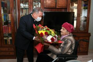 Рустам Минниханов поздравил со столетним юбилеем ветерана войны Самру Бикмееву