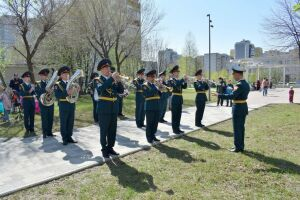 В Казани оркестр Росгвардии сыграл для ветерана мелодии военных лет