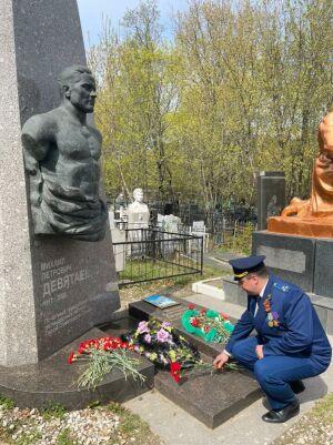 Прокурор Вахитовского района Казани возложил цветы к могиле Девятаева