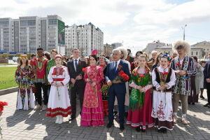 «Отдаем дань памяти победителям»: Мухаметшин возложил цветы к Вечному огню в Казани