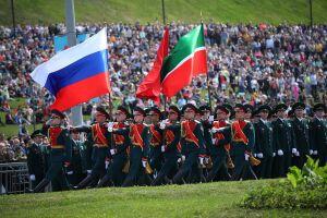 «Дань памяти тем, кто шел навстречу смерти»: в Казани провели Парад Победы