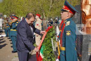 Алексей Песошин возложил цветы к воинским захоронениям на Арском кладбище Казани