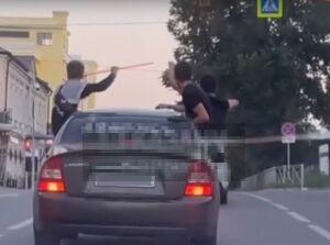 Наказали водителя, который прокатил по Казани пассажиров, сидящих в окнах авто