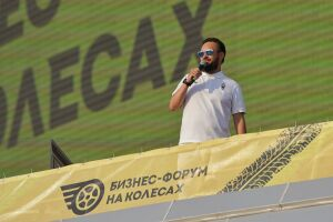 В Казани стартовал первый в России бизнес-форум в формате автокинотеатра «На колесах»