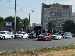 Очевидцы сняли на видео завалившуюся на бок фуру на Горьковском шоссе в Казани
