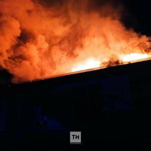 Горевшую крышу продуктового магазина потушили пожарные ночью в Лениногорске