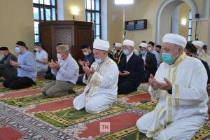 Минниханов принял участие в праздничном намазе в честь Курбан-байрам в Галеевской мечети