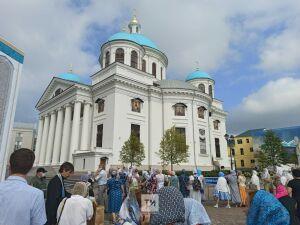 Митрополит Кирилл начал чин освящения собора Казанской иконы Божией Матери