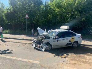 Три человека пострадали в ДТП с двумя легковушками в центре Казани