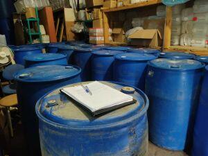 Полицейские обнаружили на складе в Казани 7,5 тыс. литров поддельного алкоголя