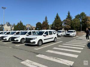 Транспорт во благо: Минниханов вручил фельдшерам ключи от 60 машин с медицинским модулем