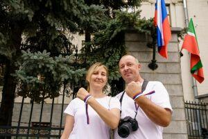 Активисты МГЕР раздали ленточки с цветами флага России